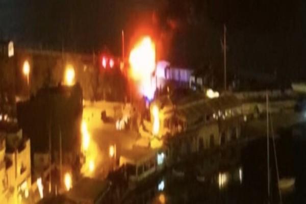 Συναγερμός: Φωτιά σε σκάφος στον Πειραιά