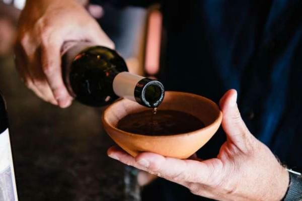 Γέμισε ένα μπολ με κόκκινο κρασί και το άφησε στο πάγκο της κουζίνας - Μόλις μάθετε το λόγο θα τρέξετε να το κάνετε!