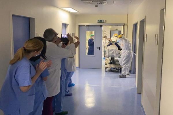 «Γεια σου κύριε Γιώργο…» - Υπέροχο βίντεο με ασθενή από κορωνοϊό που βγαίνει από τη ΜΕΘ με χειροκροτήματα
