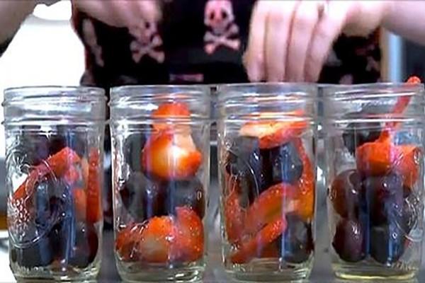 Βάζει σε βαζάκια φρούτα και τα τοποθετεί στον φούρνο - Κέικ έτοιμο σε λίγα λεπτά