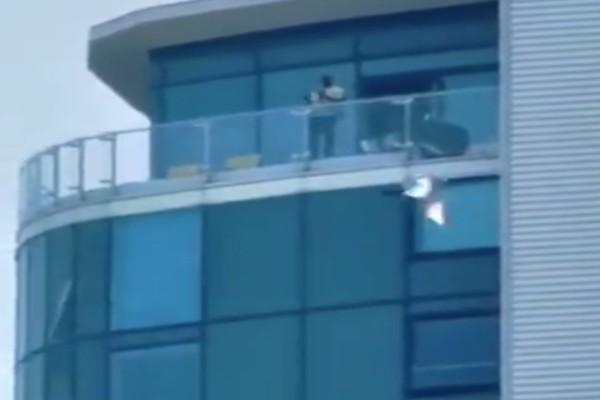 Χαμός στη Βρετανία: Άνδρας πυροβολεί από μπαλκόνι στο Κεντ! (video)