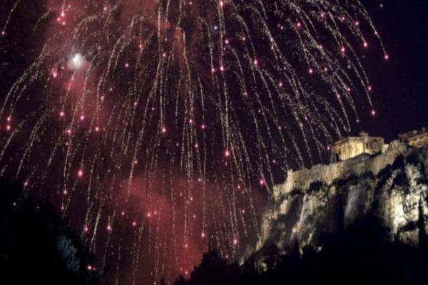 Πάσχα 2020: Ανάσταση με πυροτεχνήματα στην Αθήνα (Video)