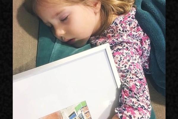 Η μαμά βρήκε την μικρή να κοιμάται με μια κορνίζα - Όταν την δείτε θα ξεσπάσετε σε λυγμούς και εσείς
