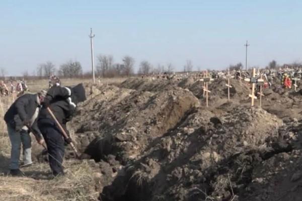 Μακάβριο θέαμα - Σκάβουν ομαδικούς τάφους για τα θύματα του κορωνοϊού (Video)