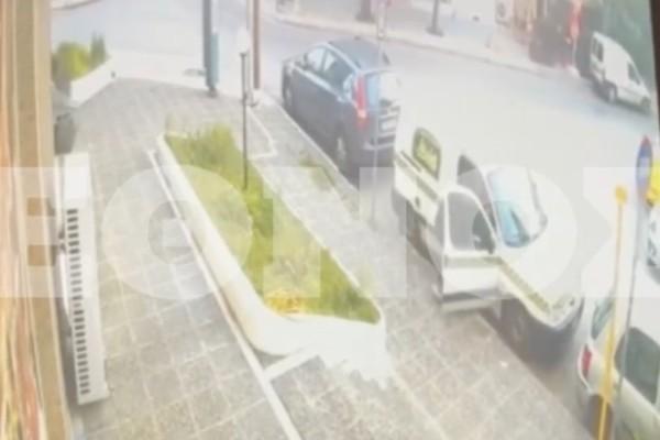 Ανατριχιαστικό βίντεο: Μάχη σώμα με σώμα δράση με υπάλληλο καταστήματος για ένα τσαντάκι!