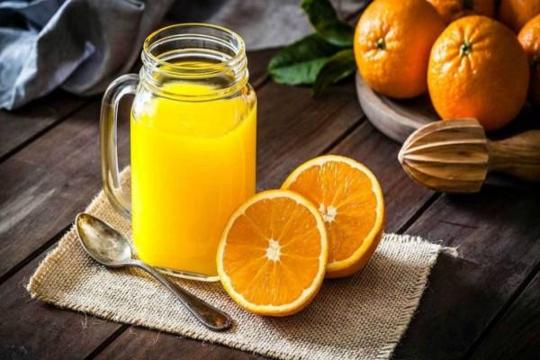 O μαγικός τρόπος για να στύψεις πορτοκάλια μόνο με ένα μπουκάλι!
