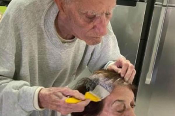 92χρονος παππούς βάφει τα μαλλιά της γυναίκας του - Ο λόγος θα σας συγκινήσει