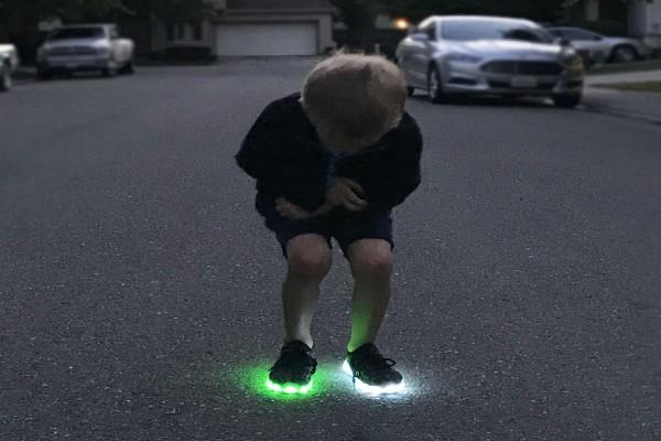 Αγόρασε στο γιο της ένα ζευγάρι αθλητικά παπούτσια με φωτάκια - Αυτό που έγινε λίγες μέρες μετά είναι σοκαριστικό!