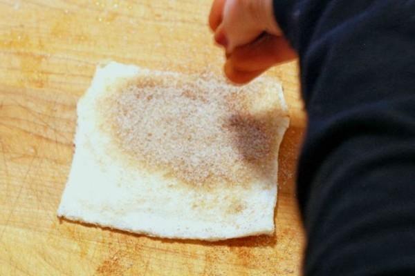Πασπαλίζει το ψωμί του τοστ με ζάχαρη και κανέλα - Με αυτό που φτιάχνει θα σας τρέξουν τα σάλια!