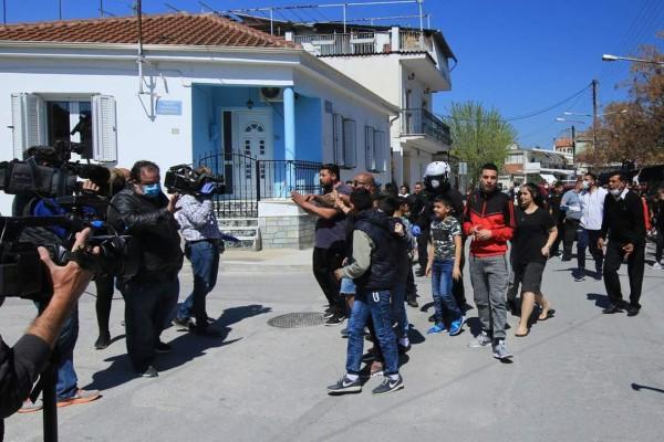 «Αν δε σταματήσετε αύριο την καραντίνα θα...» - Έντονες αντιδράσεις για τα νέα μέτρα από τους Ρομά στη Λάρισα