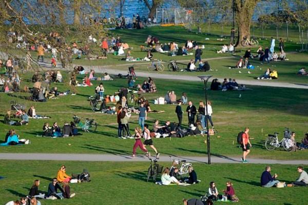 Σοκαριστικές εικόνες από την Σουηδία: Άνθρωποι έχουν κατακλύσει τα πάρκα ενώ 172 συμπολίες πέθαναν από κορωνοϊό