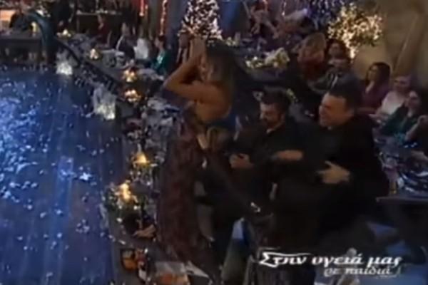Πανέμορφη παίκτρια του Survivor ανέβηκε στο τραπέζι και χόρεψε το πιο αισθησιακό τσιφτετέλι της ελληνικής τηλεόρασης!