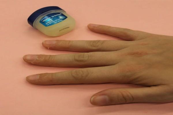 Άλειψε βαζελίνη γύρω από τα νύχια της και έλυσε το μεγαλύτερο πρόβλημα όλων των γυναικών