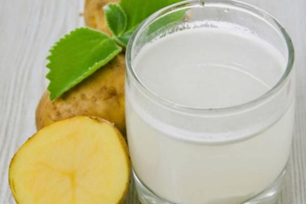 Ανακατεύει γάλα, μέλι και πατάτα σε ένα μπολ - Αυτό που φτιάχνει είναι το καλλυντικό που θέλουν όλες οι γυναίκες