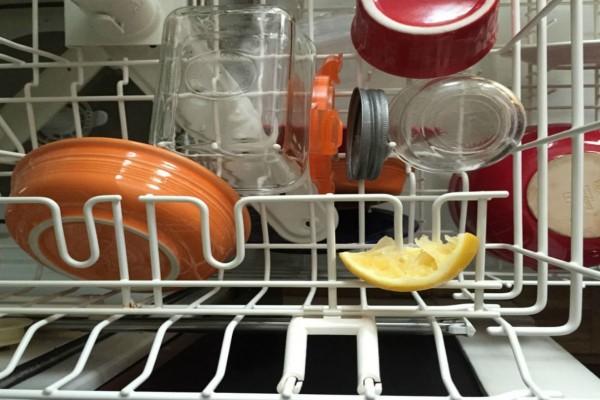Βάλτε στο πλυντήριο πιάτων μια φλούδα λεμονιού - Το κόλπο που θα σας λύσει τα χέρια