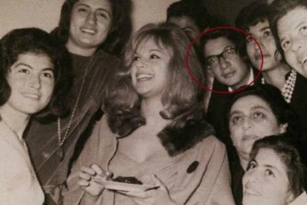 Αναγνωρίζετε τον νεαρό με τα γυαλιά, πίσω από την Αλίκη Βουγιουκλάκη;