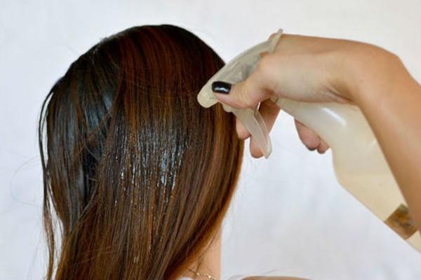 Γέμισε ένα μπουκάλι με ξύδι και ψέκασε τα μαλλιά της - Μόλις δείτε το λόγο θα τρέξετε να το κάνετε