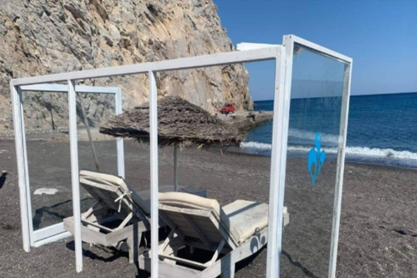 Σαντορίνη - κορωνοϊός: Εγκαταστάθηκαν οι πρώτες ξαπλώστρες με πλέξιγκλας
