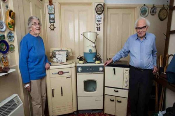 Αυτή η γιαγιά με τον σύζυγό της είχαν αγοράσει αυτές τις συσκευές για το σπίτι τους όταν ήταν νέοι  - 50 χρόνια αργότερα δεν πίστευαν ποτέ τι θα ακολουθούσε