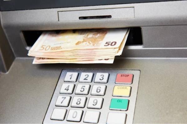 Πηγαίνετε στο ATM και σηκώστε μερικά χρήματα. Ύστερα αφήστε την κάρτα σπίτι. Ένα μήνα μετά, δε θα πιστεύετε με το αποτέλεσμα