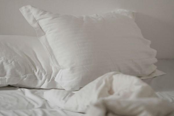Ψέκασε τα μαξιλάρια της με οινόπνευμα - Μόλις δείτε το λόγο θα τρέξετε να το κάνετε