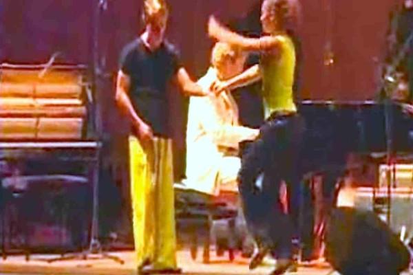 Βλέπετε τον άντρα με το κίτρινο παντελόνι; Παρατηρήστε τα πόδια του μόλις ξεκινήσει η μουσική!