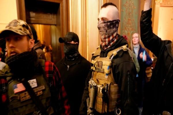 Αδιανόητο: Οπαδοί του Ντόναλντ Τραμπ έκαναν «ντου» με όπλα στο Καπιτώλιο του Μίσιγκαν και ζήτησαν άρση των μέτρων