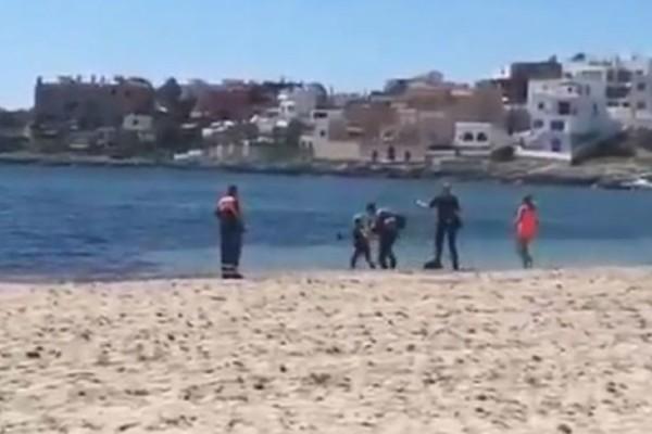 Tρομακτική σκηνή: Αστυνομικός χτυπά με γκλοπ γυναίκα και στη συνέχεια ο φίλος της προσπαθεί να τον πνίξει στη θάλασσα (Video)