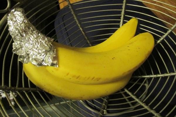 Τυλίγει τις μπανάνες με αλουμινόχαρτο στις άκρες - Θα τρέξετε να το κάνετε και εσείς