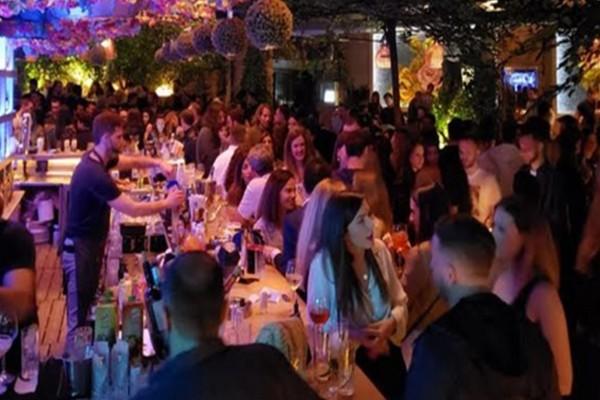 Άρση μέτρων: Μπαρ ξεχειλίζουν από κόσμο σε Αθήνα, Μύκονο και Ρόδο