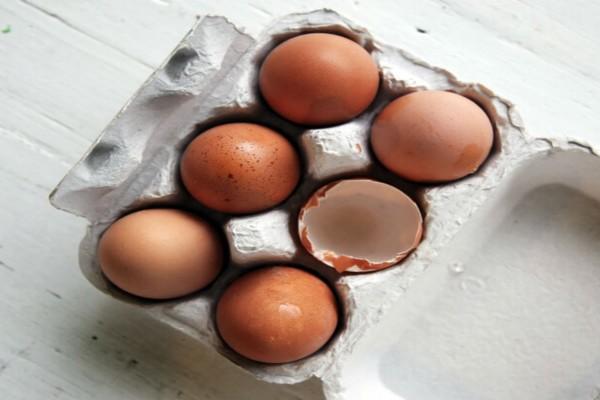Βγάζετε τα αυγά από τη χάρτινη θήκη τους; Μην το ξανακάνετε!