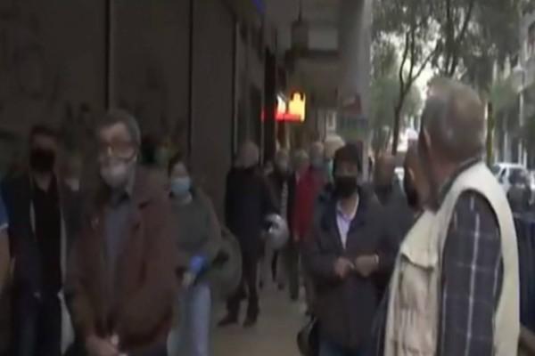 Τραγικό: Απίστευτες ουρές έξω από τη ΔΕΗ στο κέντρο της Αθήνας (video)