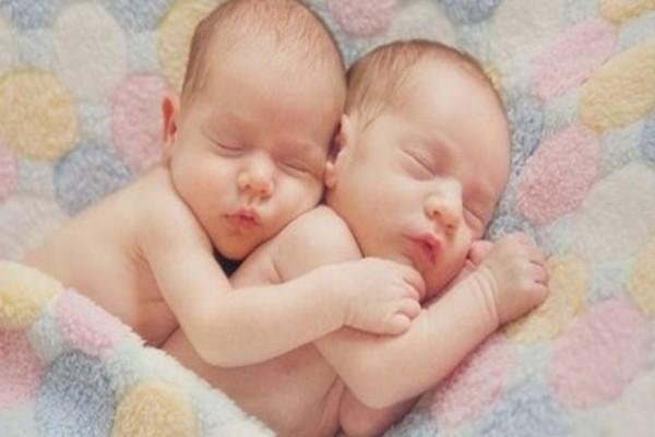 Ζευγάρι γέννησε δίδυμα - Δεν μπορείτε να φανταστείτε τι ονόματα έδωσε στα νεογέννητα μωρά