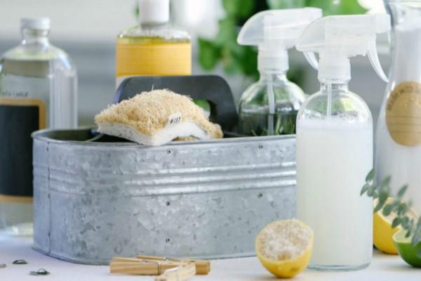 Το θαυματουργό σπιτικό καθαριστικό με τα 4 υλικά που θα σας λύσει τα χέρια
