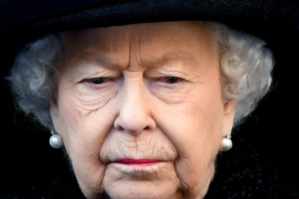 Δύσκολες ώρες για τη βασίλισσα Ελισάβετ (photo-video)