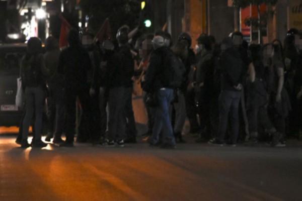 Άγρια νύχτα επεισοδίων στην Αθήνα - Έσπασαν βιτρίνες και πέταξαν μολότοφ σε αστυνομικούς (Video)