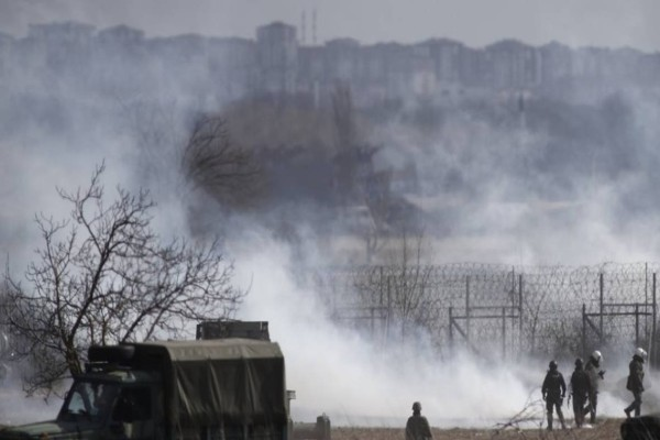 Χαμός στον Έβρο: Εξέγερση μεταναστών με φωτιές