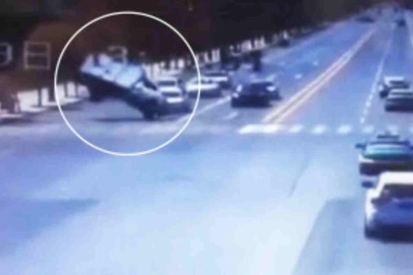Σοκαριστικό βίντεο: Ισχυρός άνεμος  αναποδογύρισε φορτηγό