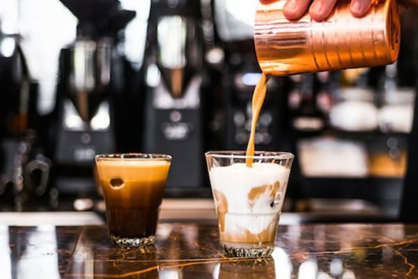Μειώνεται ο ΦΠΑ στην εστίαση - Φθηνότερα θα κοστίζουν ο καφές και τα αναψυκτικά (Video)