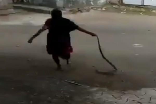 Ατρόμητη γιαγιά έπιασε κόμπρα από την ουρά, την σέρνει και... (Video)