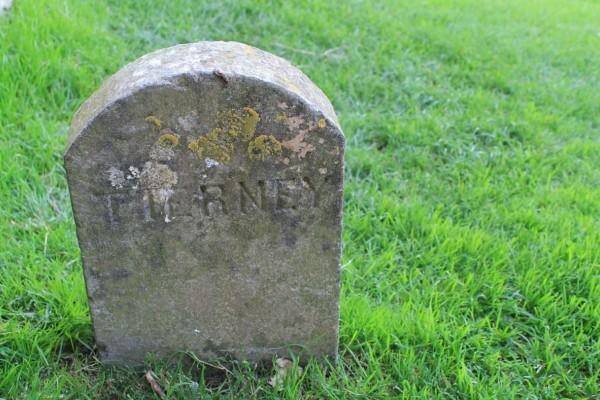 Επισκέφθηκαν τον τάφο του γιου τους και είδαν να λείπει η πλάκα - Μόλις δείτε τι συνέβη θα πάθετε σοκ!
