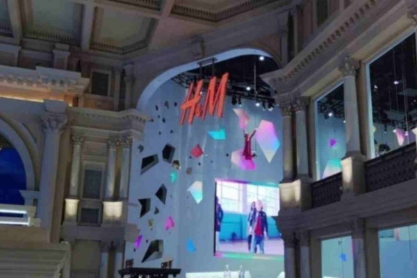 H&M: Μην χάσεις την προσφορά στο τζιν που κολακεύει τα πόδια