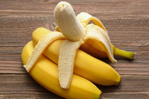 Τρίβει στα χέρια της μια φλούδα μπανάνας και απαλλάσσεται από το μεγαλύτερο βασανιστήριο του καλοκαιριού