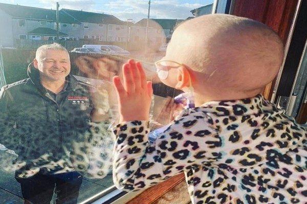 4χρονο κοριτσάκι με καρκίνο αποχαιρέτησε τον πατέρα της μέσα από ένα τζάμι - 7 εβδομάδες μετά...