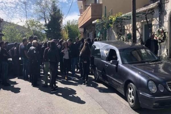 Φονικό στα Ανώγεια: Κλίμα οδύνης στην κηδεία του Γιώργου Ξυλούρη λίγο μετά τη βάφτιση του παιδιού του