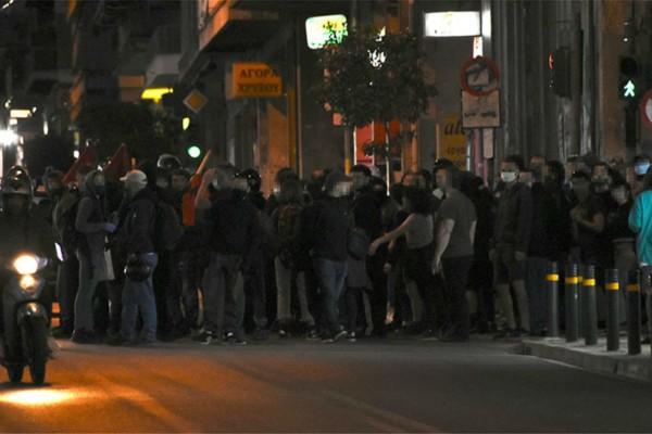 Χάος στο κέντρο της Αθήνας - Σπάνε βιτρίνες και πετάνε μολότοφ
