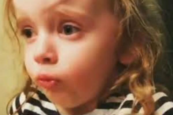 4χρονο κοριτσάκι δοκιμάζει το φαγητό της μητέρας της και ξαφνικά συμβαίνει κάτι σοκαριστικό... (Video)