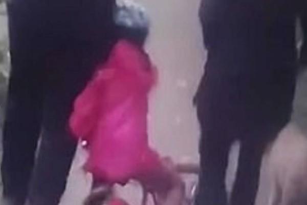 6χρονο κοριτσάκι πέφτει με το ποδήλατό του πάνω σε ζευγάρι - Αυτό που ακολουθεί θα σας σοκάρει... (Video)