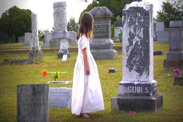Η μητέρα της πέθανε και 3 χρόνια μετά η κόρη της επισκέπτεται τον τάφο - Δεν φαντάζεστε τι κάνει εκεί...