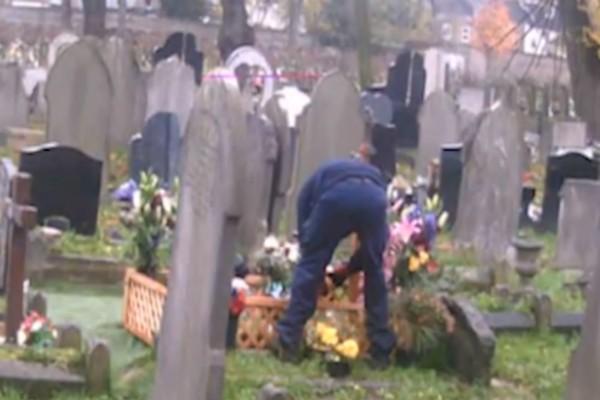 50χρονη χήρα έπιασε υπάλληλο του νεκροταφείου να κάνει αυτό στον τάφο του άνδρα της - Δεν πάει το μυαλό σας
